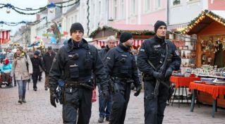 Polizei sichert den Potsdamer Weihnachtsmarkt in der Brandenburger Strasse (Klaer)